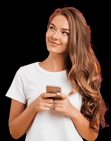 mujer con teléfono celular en las manos mientras mira hacia un lado